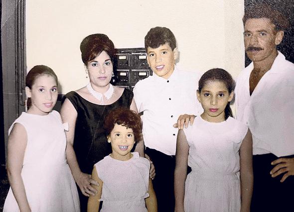 1966. משה ממרוד (במרכז) בבר המצווה, עם הוריו סמי ושמחה והאחיות דרורה (שנייה מימין) וציפי (בנות 11), ורונית (7), בבית המשפחה בבאר שבע