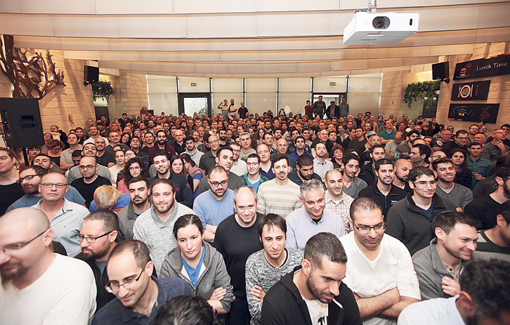 עובדי מובילאיי מתבשרים על מכירת החברה ב־15 מיליארד דולר. עסקה שהולידה ברגע 100 מיליונרים ישראלים עם יותר מ־5 מיליון דולר