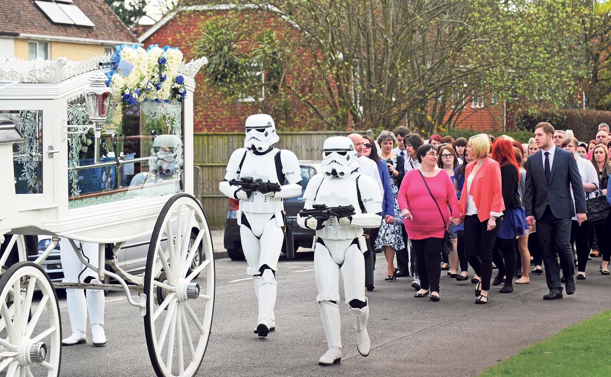 """הלוויה של חובב """"מלחמת הכוכבים"""", צילום: Portsmouth News/Solent News and Photo Agency"""