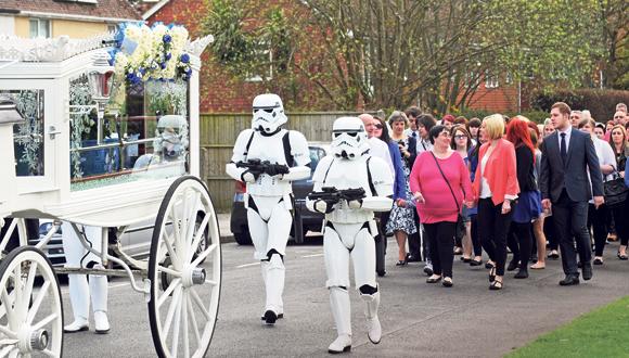 הלוויה של חובב מלחמת הכוכבים , צילום: Portsmouth News/Solent News and Photo Agency