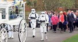 מוסף שבועי 23.5.19 אתם תמותו על זה הלוויה של חובב מלחמת הכוכבים , צילום: Portsmouth News/Solent News & Photo Agency