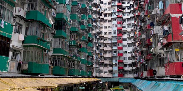 דירות מחולקות וחלומות על הגירה: מסע לצד האפל בהונג קונג