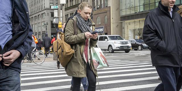 מסמסים תוך כדי חציית כביש בניו יורק? תקבלו קנס