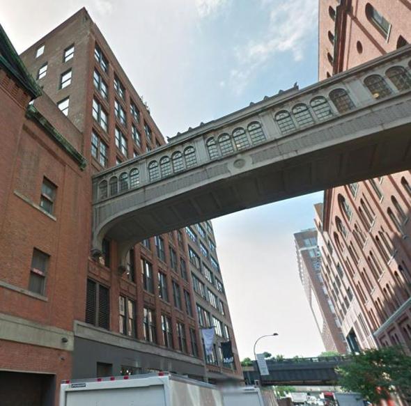 הגשר המחבר בין שני הבניינים של גוגל בצ