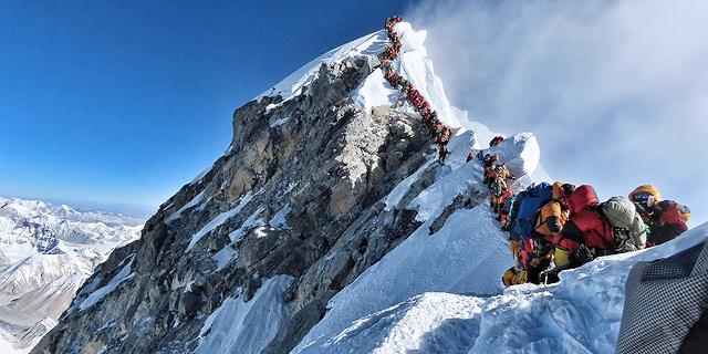 """שבעה מטפסי הרים נהרגו על האוורסט בתוך שבוע: """"מאות אנשים עמדו בתור לפסגה"""""""