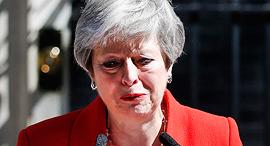 ראש ממשלת בריטניה תרזה מיי מודיעה בדמעות על התפטרותה, צילום: איי פי