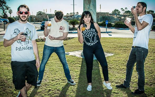 מימין: מתן בן דוד, סימה ברמי, ניר קליין ועודד עידן - חברי להקת הפאנק Not On Tour , צילום: Ella Ben Yakar