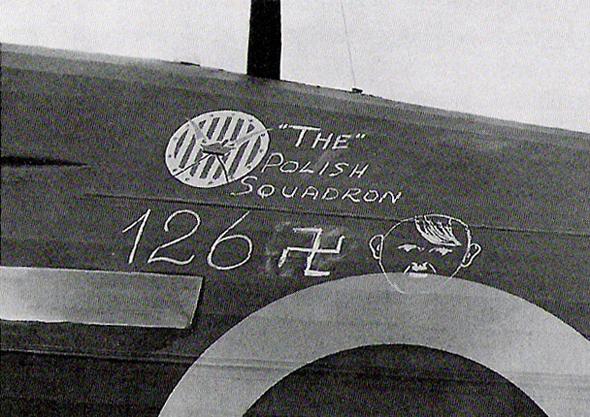 מטוס הוקר הארקיין של טייסת פולנית, עליו מניין ההפלות של הטייסת: 126 מטוסים גרמנים