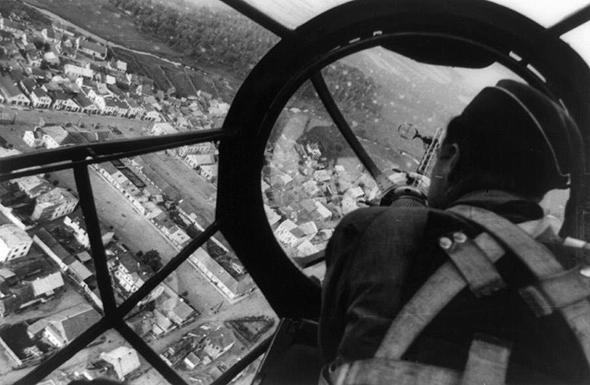 עיר פולנית מחרטומו של מפציץ היינקל 111 גרמני
