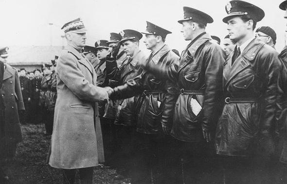 הגנרל הפולני ולדיסלב סיקורסקי פוגש את טייסי פולין בשירות חיל האוויר הצרפתי