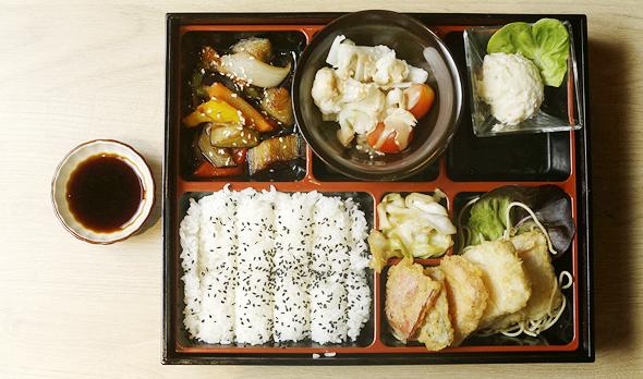 בנטויה. דג עם ירקות בטמפורה, אורז, ירקות מוקפצים וסלט תפוחי אדמה יפני, צילום: עמית שעל