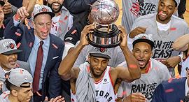 קוואי לנארד עם גביע אליפות המזרח ב NBA טורונטו ראפטורס, צילום: רויטרס