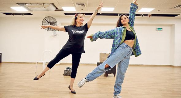 """גל (משמאל) לצד ספיר יצחק בחזרות ל""""פלאשדאנס"""", שיעלה ביולי בתיאטרון תל אביב. """"הם לומדים מהניסיון שלי"""", צילום: אוראל כהן"""
