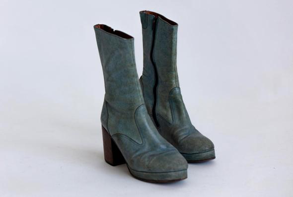 """מגפיים שנמצאו בעזבונו. מוצגים בתערוכה """"משה"""" בגלריה בית מאירוב בחולון"""