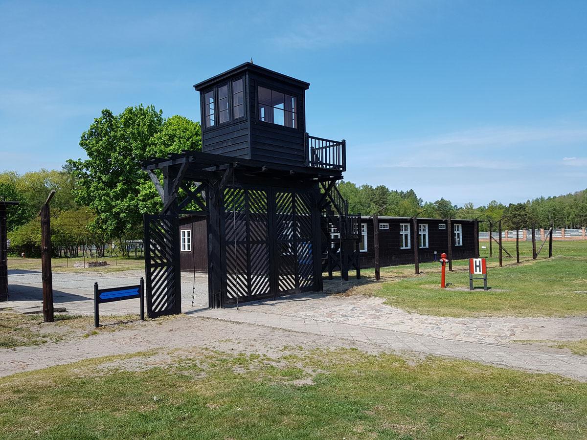מגדל שמירה ושער שהפריד בין האסירים למפקדה, צילום: דוד הכהן
