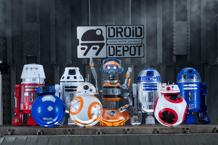 רובוטים בפארק מלחמת הכוכבים דיסנילנד קליפורניה
