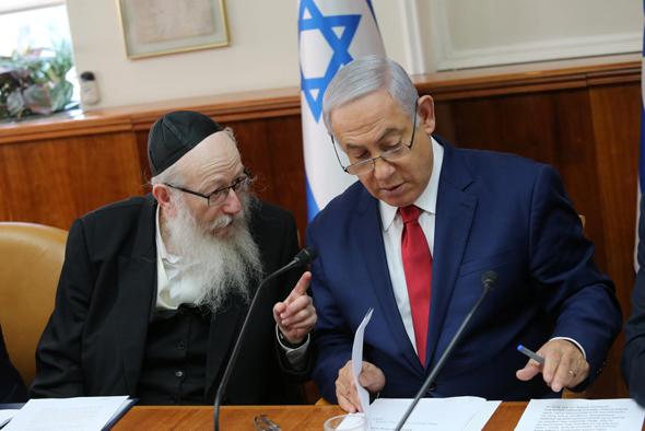 מימין: ראש הממשלה בנימין נתניהו וסגן שר הבריאות יעקב ליצמן, צילום: אלכס קולומויסקי