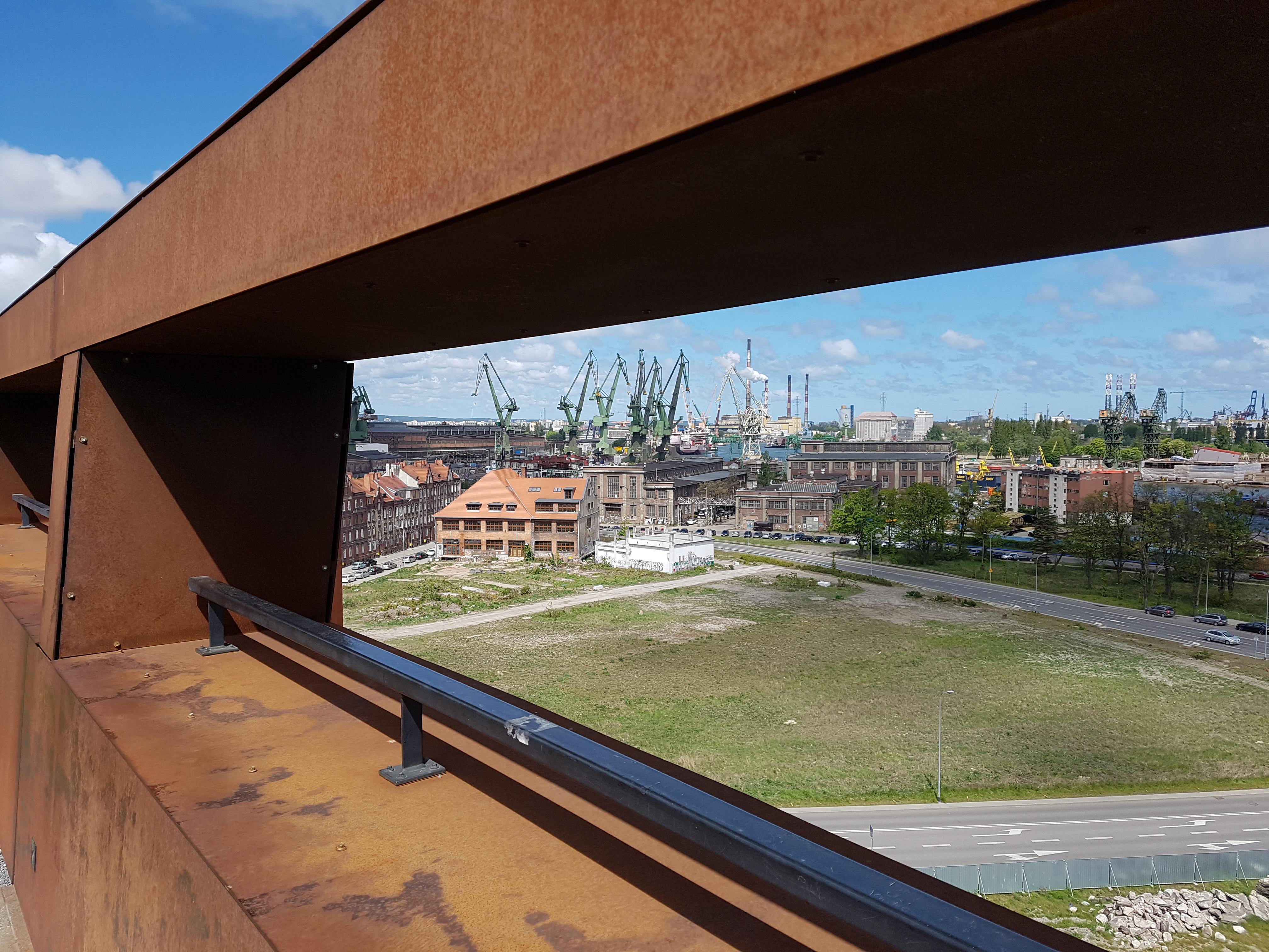 מבט מגגו של מרכז סולידריות לעבר המספנות של גדנסק , צילום: דוד הכהן