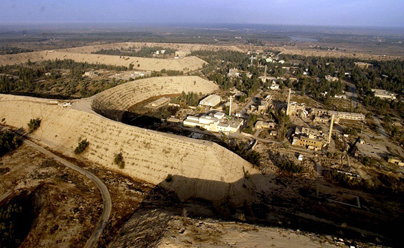 מתחם אוסיראק בעיראק. שימו לב לסוללות העצומות שמפרידות בין המכלולים והכורים, צילום: OSTI