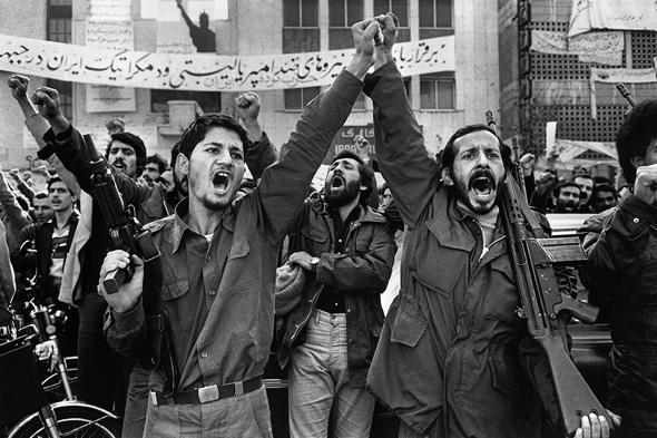אזרחים איראניים חוגגים את מהפכת 1979. שימו לב לרובה העוזי של הבחור משמאל, צילום: intpolicydigest