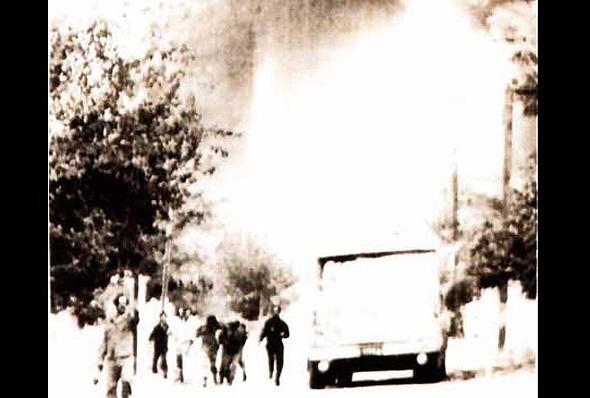תמונה שצילמו אזרחים צרפתים ששהו בסמוך לכור ברגעי התקיפה, צילום: NSarchive