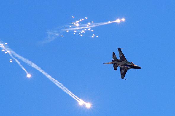 מטוס F16 ישראלי משחרר נורי הטעיה, צילום: Business Insider