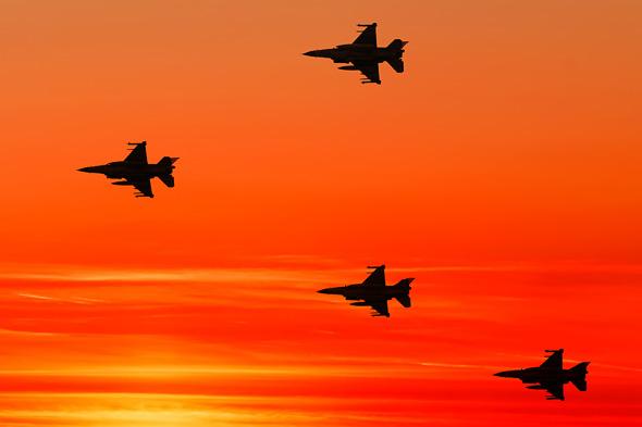 מבנה F16 בטיסה בשעת שקיעה, צילום: Business Insider