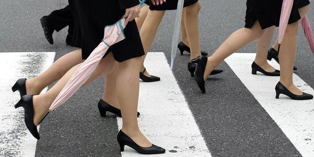 נימוסים והליכות? ליפניות נמאס להגיע בנעלי עקב לעבודה