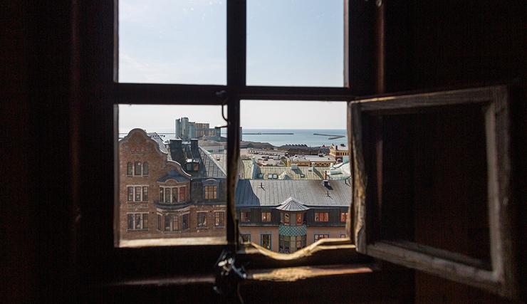 הנוף מהצריח והמגרעת במשקוף החלון, צילום: רועי דורי