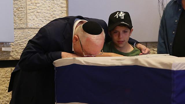 ראובן ריבלין מנשק את ארונה של נחמה, צילום: עמית שאבי