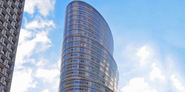 שנה לאחר שעסקת בעלי העניין נפלה, אלשטיין נוטש את בניין הליפסטיק בניו יורק