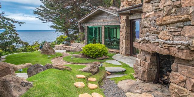 """נסו לשמור על קור רוח: הבית של שרון סטון ב""""אינסטינקט בסיסי"""" מוצע למכירה"""