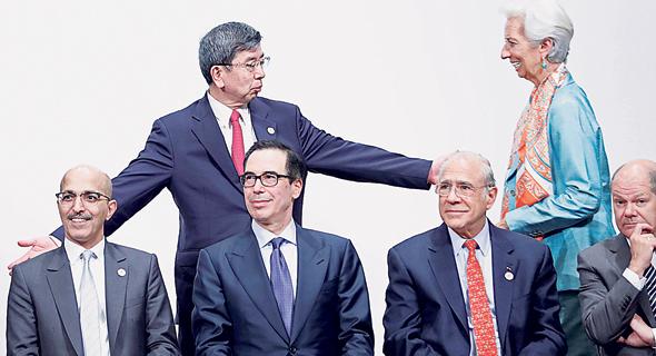 """מימין למטה: שר האוצר הגרמני, מזכ""""ל ה־OECD ושרי האוצר של ארה""""ב וסעודיה עם יו""""ר קרן המטבע ונשיא הבנק לפיתוח אסיה, צילום: Kim Kyung-Hoon"""
