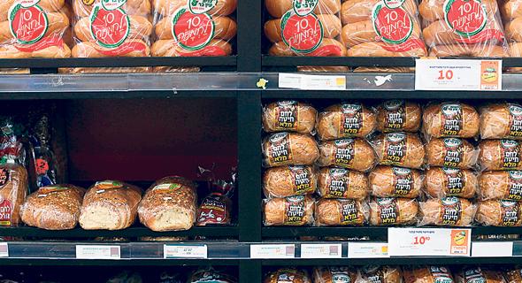 לחם מחיטה מלאה בסופרמרקט. התעשייה החלה לסמן מזון מזיק