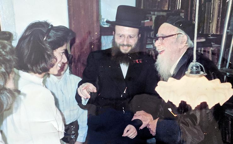 """יפה בגיל 17 לצד אביה (במרכז) והרב שלמה זלמן אוריבעך. """"אבא תמיד היה אומר,"""