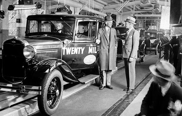 הנרי פורד ליד קו הייצור במפעל המכוניות שהקים. שילם לעובדיו שכר שאפשר להם לקנות בעצמם מכונית, כדי שהעסק יצמח, צילום: איי פי