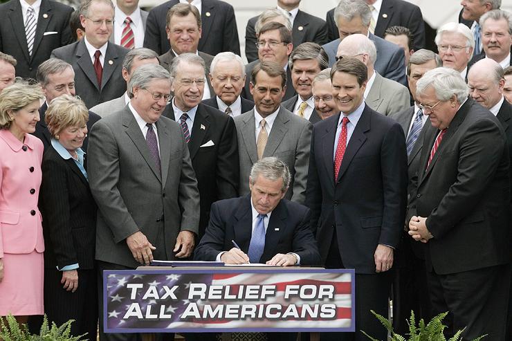 """ג'ורג' וו. בוש חותם על חבילת קיצוצי מס לעשירים, ב־2006. """"עשירים צריכים לשלם יותר מס מעניים"""""""