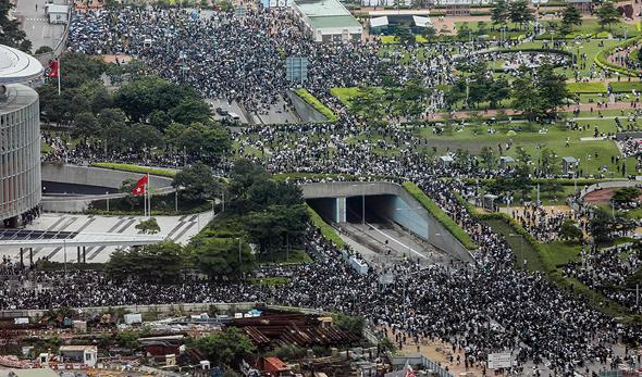 המפגינים גדשו את הרחובות