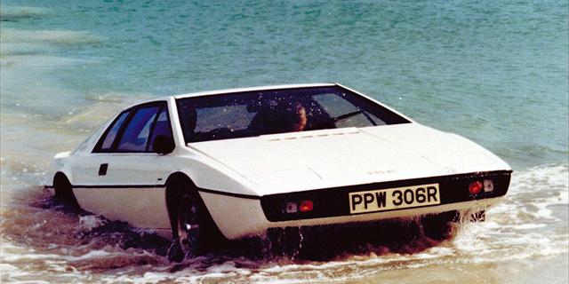 """אלון מאסק: """"טסלה מתכננת מכונית-צוללת כמו בסרט ג'יימס בונד"""""""