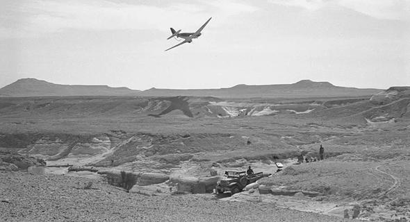 דקוטה של חיל האוויר מעל למעבר המיתלה