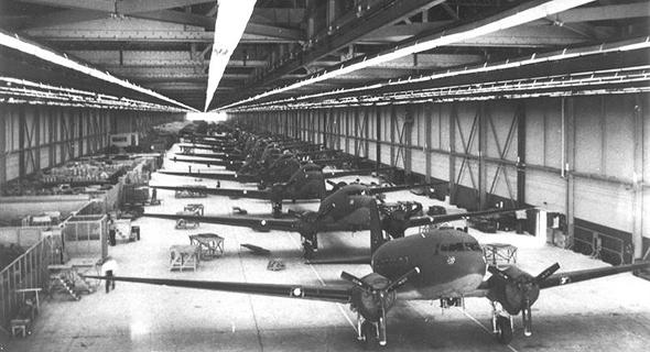 פס ייצור דקוטות בשנות הארבעים