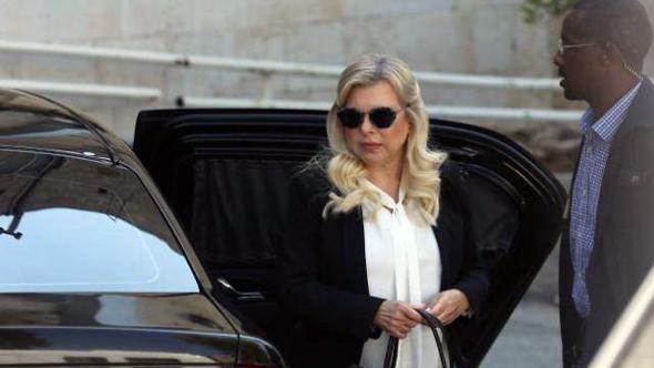 שרה נתניהו בכניסה לבית המשפט, צילום: אלכס קולומויסקי