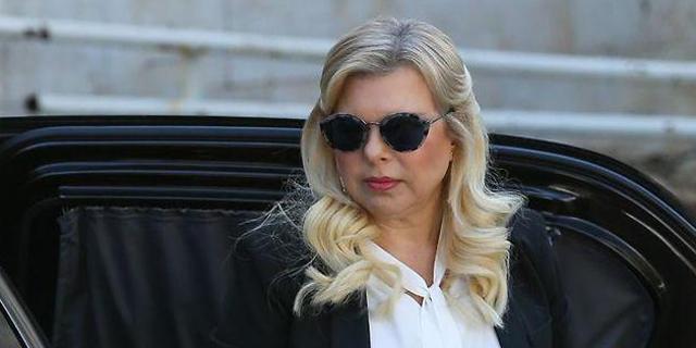 שרה נתניהו בכניסה לדיון, צילום: אלכס קולומויסקי