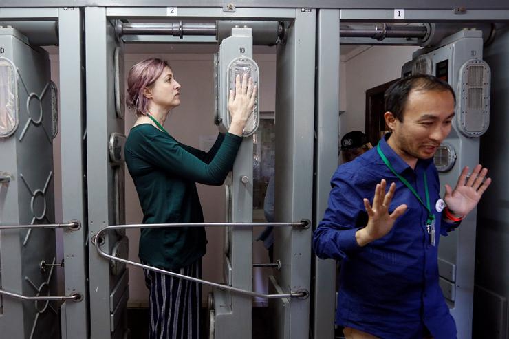 מבקרים עוברים דרך מכשיר למדידת קרינה במהלך הסיור