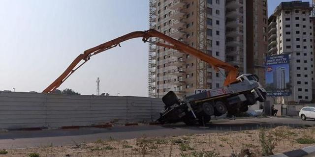 הרוג נוסף באתרי הבנייה: משאבת הבטון קרסה ופגעה בפועל