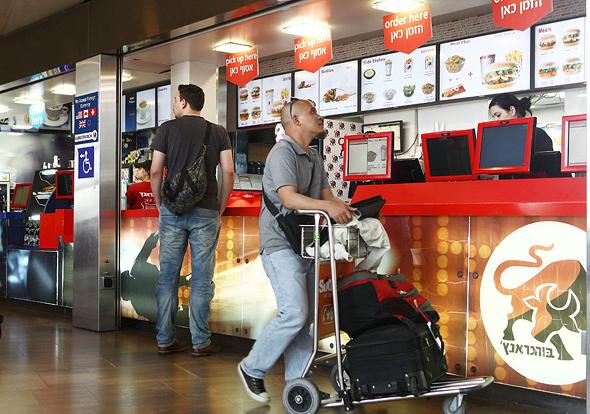 סניף בורגראנץ' בטרמינל 3. המחירים צריכים להיות גבוהים עד 10% מיתר הרשת