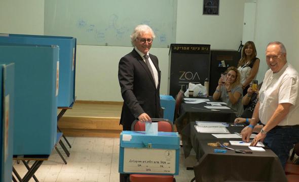 ציון אמיר בעת ההצבעה