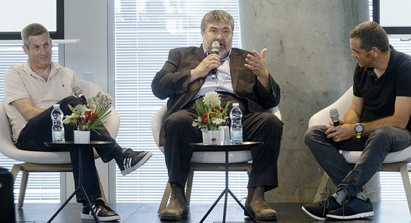 מימין כתב כלכליסט מאיר אורבך עם ג'ונתן מדבד ודני כהן