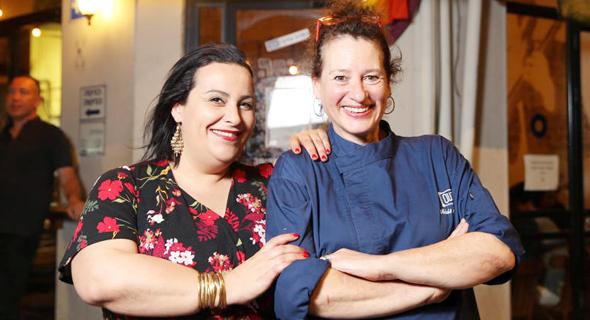 """מימין אביבית פריאל ונוף עתמאנה. """"היה לנו קל לתת פרשנות למנות כי שתינו מבשלות ים־תיכוני"""", צילום: אוראל כהן"""