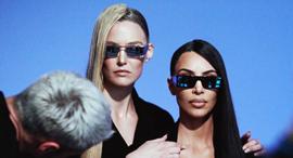 """קים קרדשיאן ובר רפאלי בצילומים לקמפיין. המשקפיים נשלחו חזרה לארה""""ב , צילום: Mert Alas and Marcus Piggott"""
